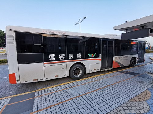 停在嘉義高鐵站前的嘉義客運往嘉義火車站的快捷公車