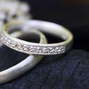 Våra vackra vigselringar i vitguld med diamanter