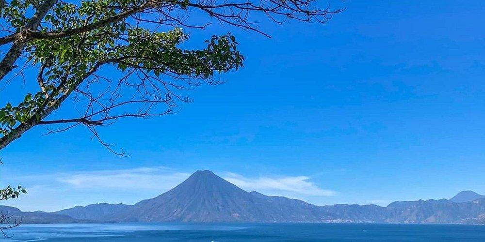 El lago queda en el municipio de a Sololá con un hermoso paisaje de apreciar, cuenta con  hoteles para descansar e incluso de compras!!!