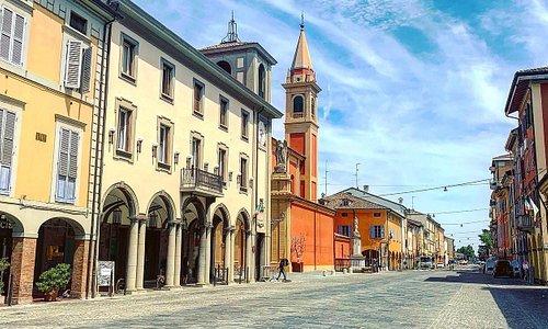 Город Кастельфранко Эмилия(Castelfranco Emilia)-в сердце городов Bologna и Modena- замечательное место для остановки на вашем туристическом маршруте.Это Родина знаменитых итальянских Тортеллини (Tortellini)-на площади Тортеллино.В ресторане Rustico Medioevo вы сможете остановиться на обед или ужин, чтобы испробовать кулинарные изыски болонской и моденской кухни региона Emilia Romagna.Имеется зал с анимацией для детей, аниматор,рисунки,музыка и детское меню. Советую всем побывать в этих местах.