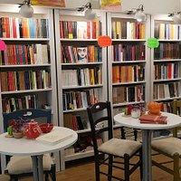 Libreria indipendente, offre una selezione di libri sempre aggiornata e particolare.