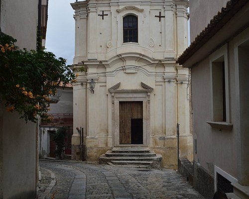 Antica chiesa inserita in un contesto molto suggestivo.