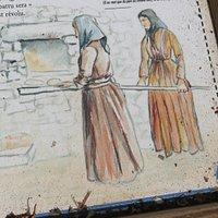 A l'époque le pain était une affaire de femmes. Elles préparaient la pâte le jeudi ou le vendredi et cuisaient le pain de ménage « pane casanu », les canistrelli, les migliacci, les tartes et les plats cuisinés, le samedi.