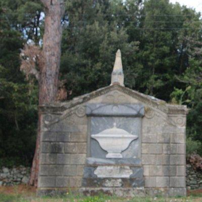 Sur la façade de cette tombe, on peut y voir la « soupière » qui est en réalité la représentation d'une urne funéraire !