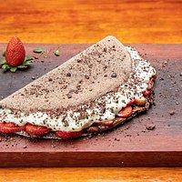 Tapioca de sobremesa Cacauacu. Massa em cacau, morango, nutella, creme gelado de cupuacu e nibs de cacau. Surpreendente!