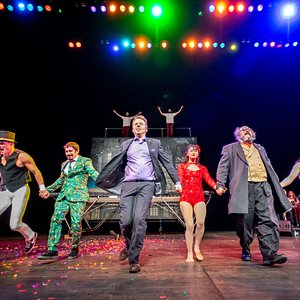 The cast of Circus3's Family-Friendly New Year's Variety Show taking their final bow.