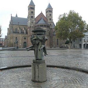 Fontein ''Hawt Uuch Vas'' med Sint Servaasbasiliek i bakgrunden i Maastricht