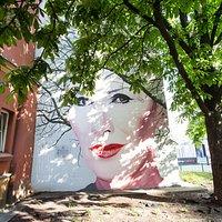 Mural, dzięki Kasztanowcowi, który rośnie tuż obok i stanowi część muralu, będzie reagował na pory roku, podlegał naturalnemu zegarowi, który bliski był także Korze.