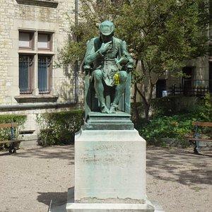 Памятник венценосному уроженцу Буржа...