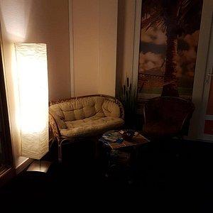 Наш  уютный уголок где вы сможете после массажа расслабиться и попить чай со снэками
