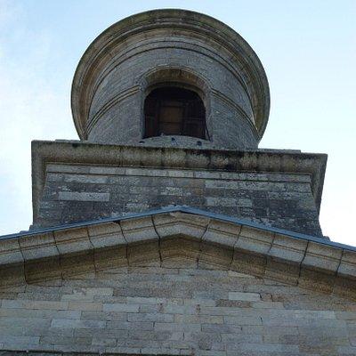 Впечатляющая колокольня церкви