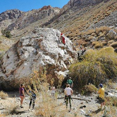 Uno de los atractivos del Valle de Elqui son estas inmensas rocas para practicar escalada. Tour para principiantes, avanzados y expertos.