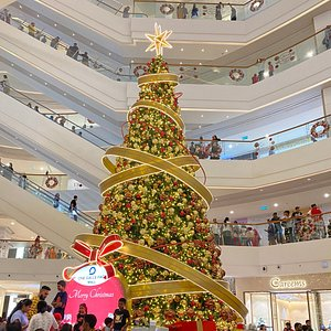 Xmas theme at new One Galle Face shopping complex with restaurants .. Great place to shop and have decent prices too!! It has really cool atmosphere and can accommodate lots of people..Highly recommend for shoppers 😃😃👍🏻