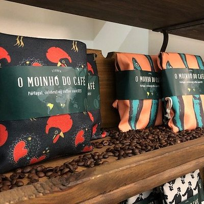 Great coffee Shop, Portuguese coffee wrapped with cotton bags printed with Portugal´s Icons, Sardinhas, Pessoa, etc.. A must see place located and Baixa.