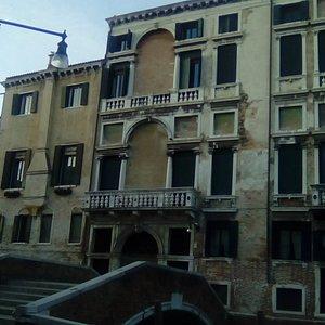 Venezia -  il bel palazzo che ospita il consolato del Belgio, visto dal campo dei Carmini (foto 11/12/19 ore 16 circa)