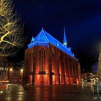 Een mooie foto van de Marienburgkapel, gefotografeerd in de avond wanneer de kapel prachtig verlicht wordt.
