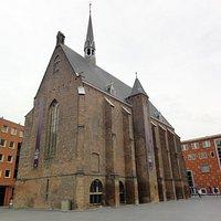 Een foto van de Marienburgkapel, overdag genomen.
