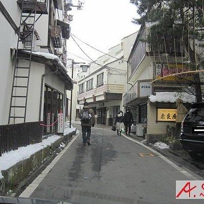 旅館と個人商店が軒を連ねる細い通りです。車に気を付けてください