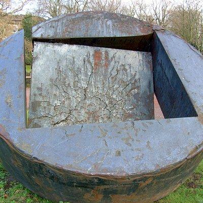 Stahl Skulptur: Das große zerbrochene Eisenrad: