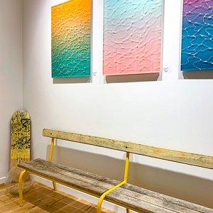 Accrochage à la galerie avec des oeuvres de Supakitch