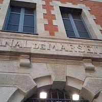 パビリオン入口上にマルセイユ運河とフランス語で書かれています