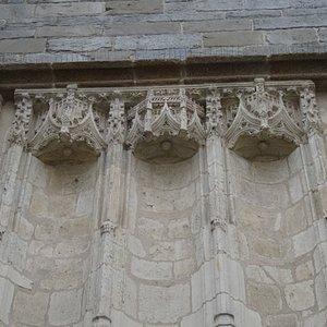 Sculptures en façade de la chapelle Saint-Yves