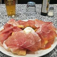 Nuvolette di pasta fritta con burrata e crudo di Parma