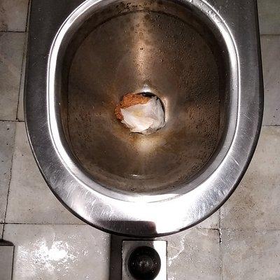 Estado del aseo cuando acababan de abrir las puertas. No hubo agua en la cisterna en toda la noche