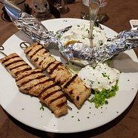 Nummer 90 - Suflaki (2 Fleischspieße) mit Zaziki und einer großen Kartoffel (statt Pommes).