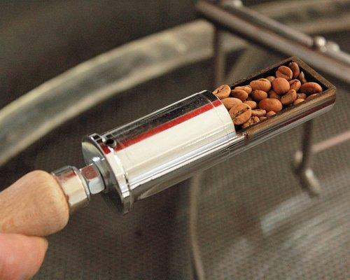 Controllo visivo del grado di tostatura. Rhodigium Caffè