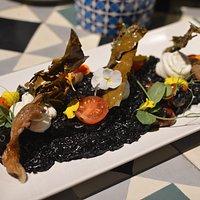 """Risotto negro mar y montaña con setas, alga dulce crujiente y """"mantequilla""""de alcaparras"""