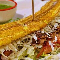 Patacón, típico plato realizado con plátano macho y relleno con el auténtico sabor de Venezuela.