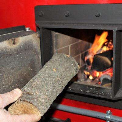 Alimentazione a legna della torrefattrice, una tostatura più lenta a bassa temperatura per avere un chicco tostato più uniformemente in modo che sprigioni tutti i suoi aromi naturali in tazza.