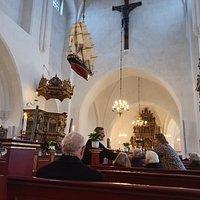 Lirkeskibet. Præsten hilser på alle fremmødte