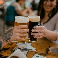 Contamos con nuestras propias cervezas de la casa elaboradas en El Principal, Pirque. ¡Prueba nuestras Flannery's!