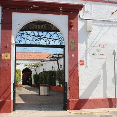Entrada a Bodegas Vélez. Calle San Antonio, 3, Chiclana de la Frontera