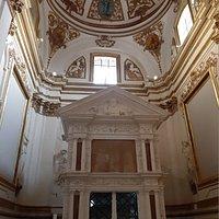Il mausoleo di Celestino V e la cappella barocca in cui è inserito, alla fine della navata dx della basilica di Collemaggio