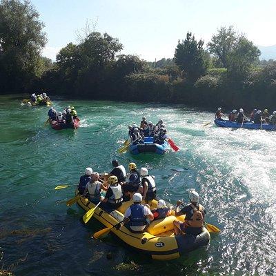 Le nostre discese di rafting sono aperte a tutti a grandi e bambini dai 3 anni in su. l'attività di rafting ha una durata di circa due ore completamente immersi nella natura