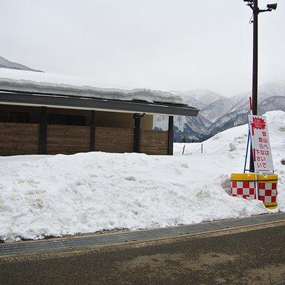 「雪山にはのぼらないでください」の看板
