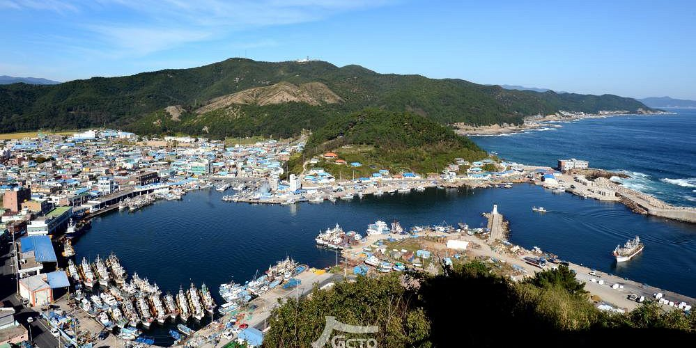 Starting from Hwajin Beach and walking through Jangsa Beach and Namho Beach to Ganggu Port, you can meet the beautiful fishing villages of Korea. In particular, the East Sea here is different from the South and West Seas of Korea. Rough but deep and green.