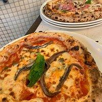 Pizza regina et pizza aux anchois