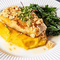 Peixe grelhado ao molho de amêndoas, purê de mandioquinha e verdura