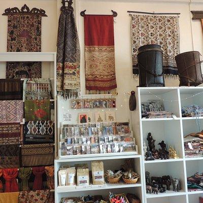 Produits de l'artisanat laotien et beau choix de cartes postales