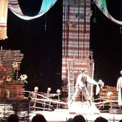 Красивая сцена из спектакля.