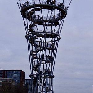 Al tijdens de officiële opening trok de toren veel bezoekers.