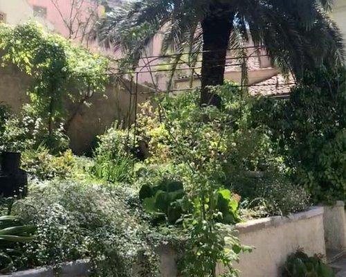 Un luogo di soprese in cui l'esterno dialoga con gli spazi della casa in raro stile Decò