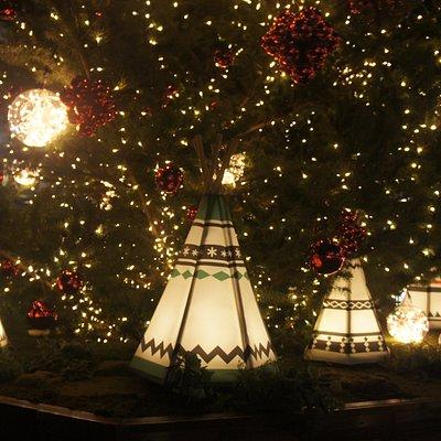 クリスマスシーズンなのであちこちライトアップされています