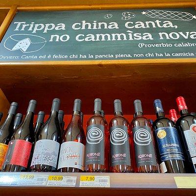 Un fiore all'occhiello della Calabria 🌶 sono i vini 🍷 Qui ci troviamo a Camigliatello Silano 🏔 rinomata località turistica ⛷