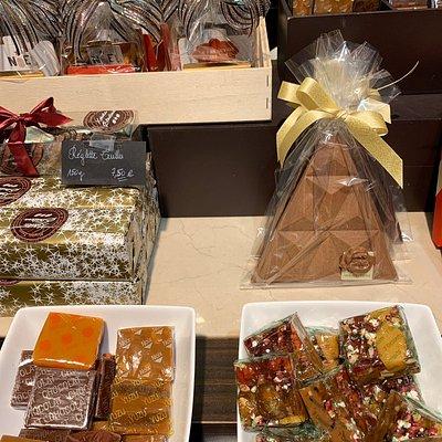 Supers chocolats !  Travail de chocolats noirs pures origines, mais également de lait et une spécialité pour le chocolat ruby. Toute la famille s'est régalée !