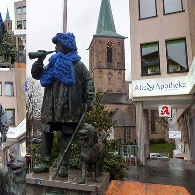 Collage: Kuhhirten Denkmal - Mit Winter-Bekleidung. Dezember 2019